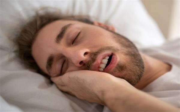 چرا در خواب حرف می زنیم